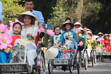 Bat ngo gap hang tram thieu nu mac ao dai truyen thong tren pho Ha Noi - Anh 6