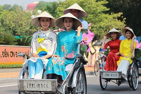 Bat ngo gap hang tram thieu nu mac ao dai truyen thong tren pho Ha Noi - Anh 7