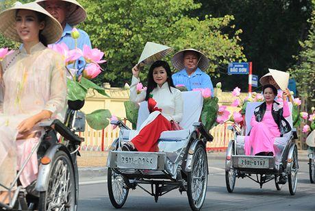 Bat ngo gap hang tram thieu nu mac ao dai truyen thong tren pho Ha Noi - Anh 9