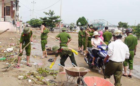 Cong an Quang Binh giup dan khac phuc hau qua sau lu - Anh 1