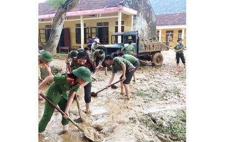 Cong an Quang Binh giup dan khac phuc hau qua sau lu - Anh 2