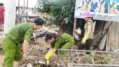 Cong an Quang Binh giup dan khac phuc hau qua sau lu - Anh 3