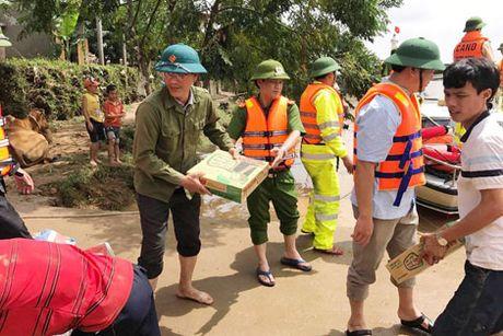 Cong an Quang Binh giup dan khac phuc hau qua sau lu - Anh 4