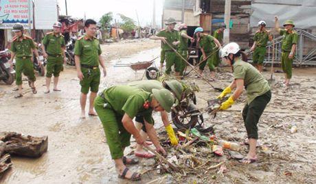Cong an Quang Binh giup dan khac phuc hau qua sau lu - Anh 5