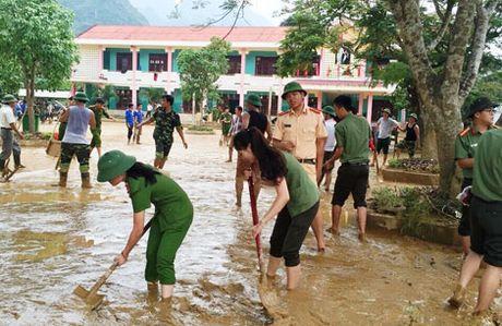 Cong an Quang Binh giup dan khac phuc hau qua sau lu - Anh 6