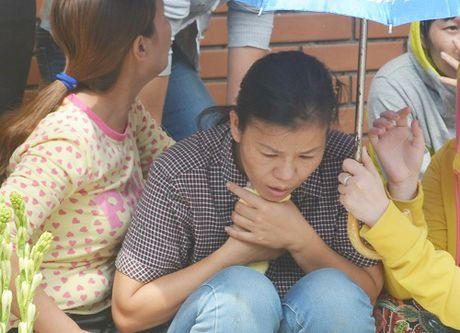 Nguoi me ngoi bat dong tren mieng cong mong phep mau den voi con 8 tuoi bi nuoc cuon troi - Anh 1