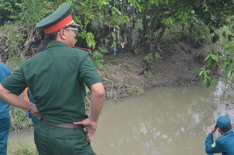 Nguoi me ngoi bat dong tren mieng cong mong phep mau den voi con 8 tuoi bi nuoc cuon troi - Anh 3