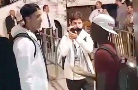Doi thu cho 20 phut de duoc chup hinh cung Ronaldo - Anh 1