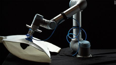 Robot gia nhap nganh cong nghiep may mac - Anh 1