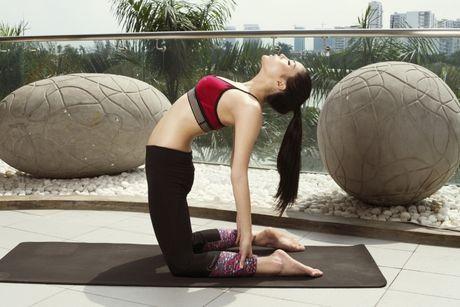 Ky Duyen khoe eo thon khi tap yoga - Anh 3