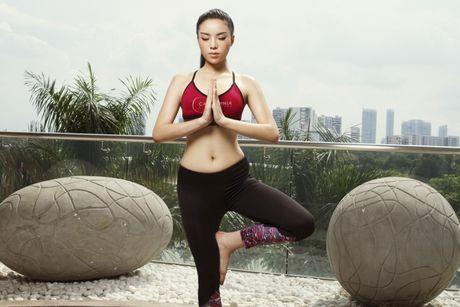 Ky Duyen khoe eo thon khi tap yoga - Anh 4