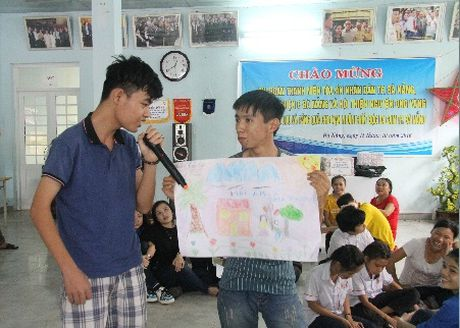 Nan nhan chat doc da cam, tre em bat hanh tai Da Nang duoc nhan qua - Anh 1