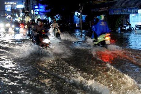 Thanh pho Ho Chi Minh: Nhieu tuyen duong bi ngap do mua lon ket hop trieu cuong - Anh 1