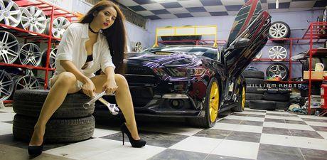 Nguoi dep tha dang ben sieu xe co bap Ford Mustang - Anh 1