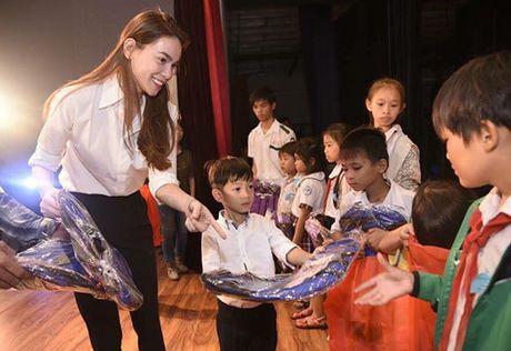 Ho Ngoc Ha huy show dien ve que Quang Binh ho tro ba con trong bao lu - Anh 1
