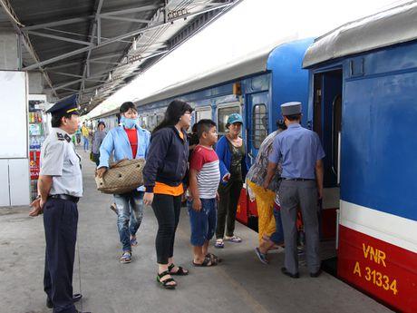 Lu mien Trung rut dan, xe khach, tau lua da co the luu thong - Anh 1