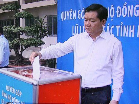 Bi thu Thang dong gop ung ho dong bao mien Trung - Anh 1