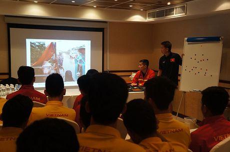 Cau thu U19 Viet Nam lang nguoi voi hinh anh lu lut mien Trung - Anh 1