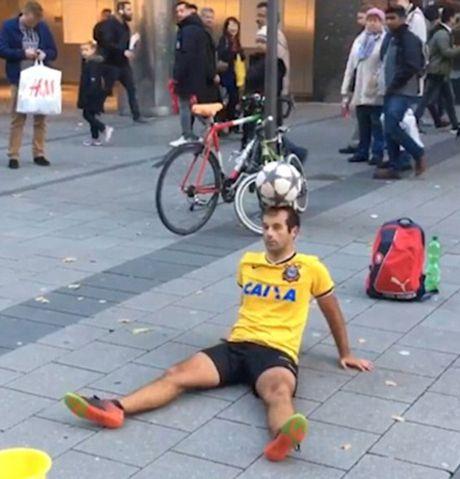 Tro ly HLV cua Bayern Munich 'lac mat' truoc nghe si tang bong duong pho - Anh 2