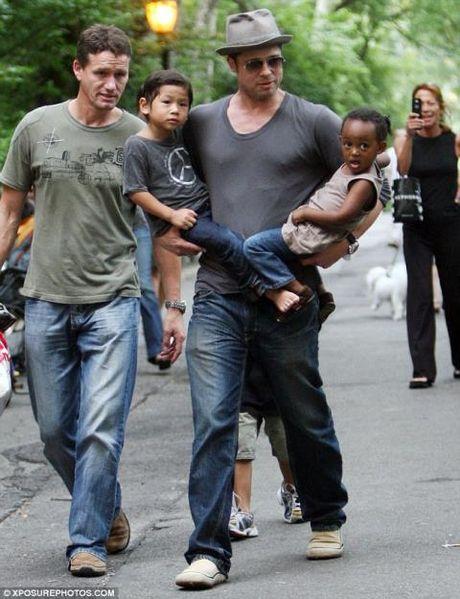 Cuu ve si Billingham: Jolie & Pitt luon lo so cac con bi bat coc vi tien - Anh 2