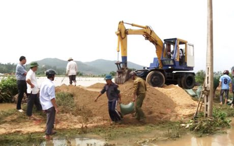 Quang Binh khac phuc hau qua mua lu trong dem - Anh 1