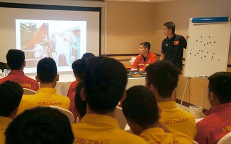 HLV Anh Tuan dung 'doc chieu' thap ngon lua chien dau cho U19 Viet Nam - Anh 1