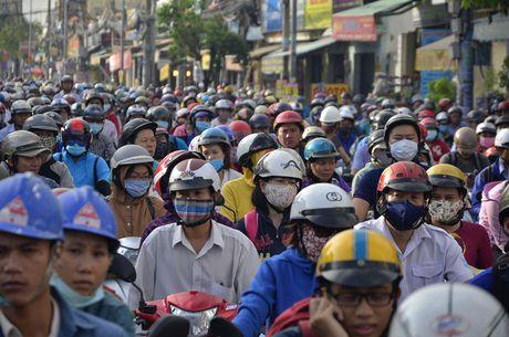 Nguoi dan TP HCM chon chan tren pho do trieu cuong - Anh 16