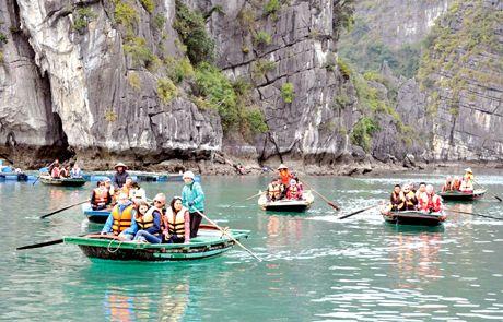 Kien quyet xu ly tinh trang ban hang rong tren vinh Ha Long - Anh 1