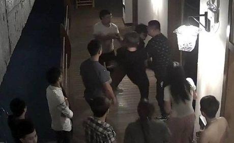 'Yeu' qua on ao, thanh nien bi danh hoi dong - Anh 2
