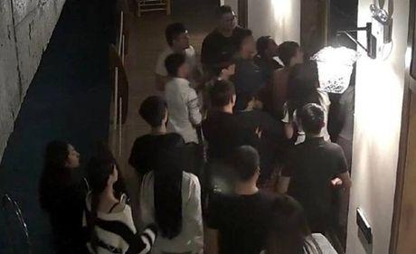 'Yeu' qua on ao, thanh nien bi danh hoi dong - Anh 4
