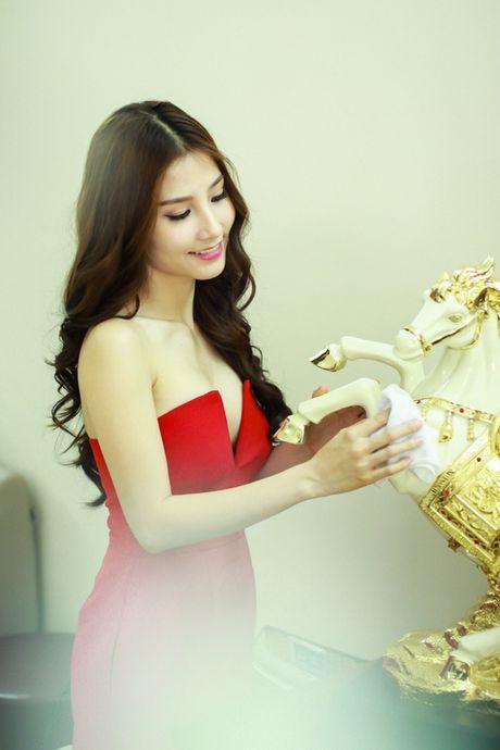 Diem My 9x de doa ngoi vi 'nu hoang noi y' cua Ngoc Trinh - Anh 1