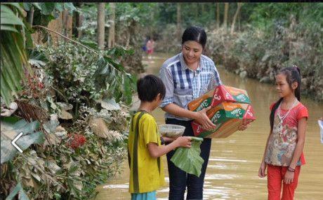 Hoa hau Ngoc Han vuot lu ve voi ba con mien Trung - Anh 7