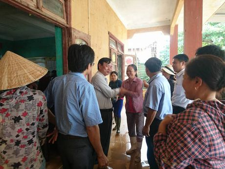 Quang Binh: Lanh dao So GD&DT tham va chia se cung cac truong bi ngap lut - Anh 1