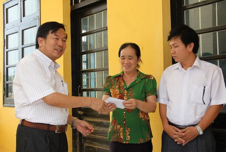 Quang Binh: Lanh dao So GD&DT tham va chia se cung cac truong bi ngap lut - Anh 7