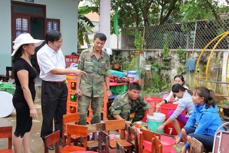 Quang Binh: Lanh dao So GD&DT tham va chia se cung cac truong bi ngap lut - Anh 8