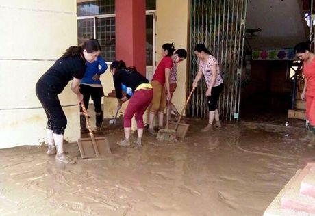 Quang Binh: Nuoc rut, giao vien hoc sinh hoi ha don truong - Anh 4