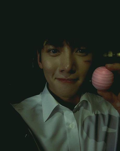 Sao Han 18/10: Yoo Jung gac chan len dui Bo Gum, IU tinh cam voi Jun Ki - Anh 4