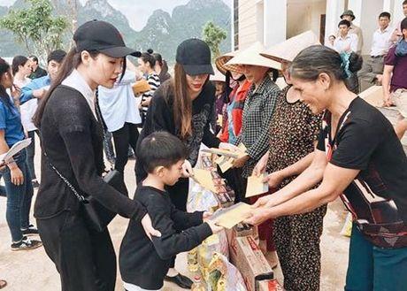 Hoa hau Ngoc Han, Ho Ngoc Ha trao qua tan tay cho nguoi dan vung lu - Anh 11