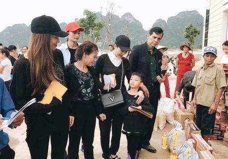 Hoa hau Ngoc Han, Ho Ngoc Ha trao qua tan tay cho nguoi dan vung lu - Anh 12