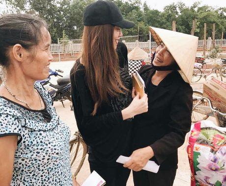 Hoa hau Ngoc Han, Ho Ngoc Ha trao qua tan tay cho nguoi dan vung lu - Anh 13