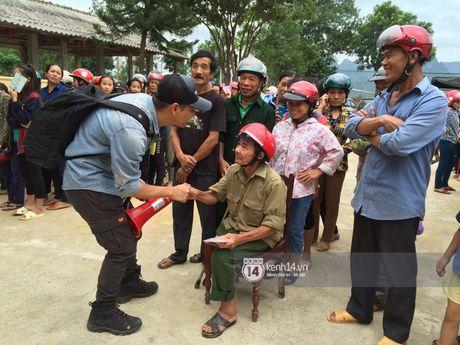Hoa hau Ngoc Han, Ho Ngoc Ha trao qua tan tay cho nguoi dan vung lu - Anh 1