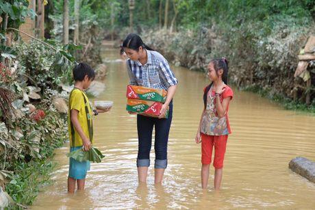 Hoa hau Ngoc Han, Ho Ngoc Ha trao qua tan tay cho nguoi dan vung lu - Anh 2