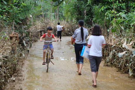 Hoa hau Ngoc Han, Ho Ngoc Ha trao qua tan tay cho nguoi dan vung lu - Anh 4