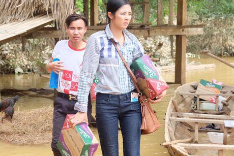 Hoa hau Ngoc Han, Ho Ngoc Ha trao qua tan tay cho nguoi dan vung lu - Anh 7