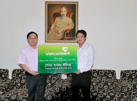 Vietcombank ho tro dong bao mien Trung bi lu lut - Anh 1
