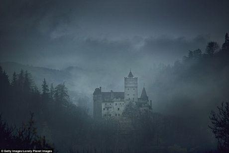 Lau dai Dracula mo cua cho khach vao ngu trong quan tai - Anh 1