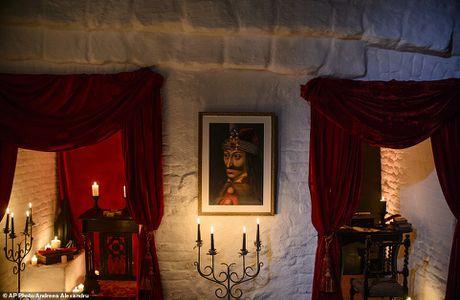 Lau dai Dracula mo cua cho khach vao ngu trong quan tai - Anh 2