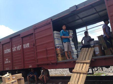 Duong sat Viet Nam ho tro van chuyen hang cuu tro mien phi - Anh 1