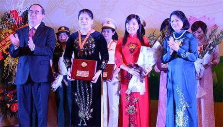 Hang chuc ca nhan nhan Giai thuong Phu nu Viet Nam nam 2016 - Anh 1