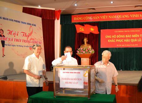 Van phong T.U Dang ung ho dong bao mien Trung 450 trieu dong - Anh 1